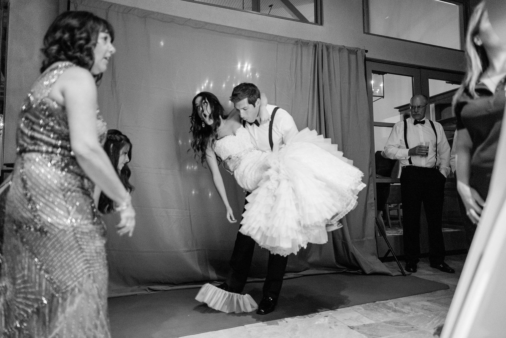 bride's dress breaks wedding photo tips