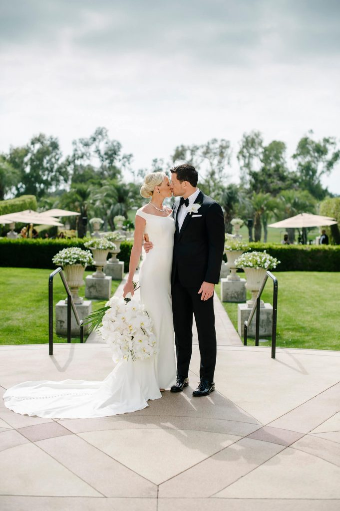 bride and groom kissing hilton la jolla torrey pines